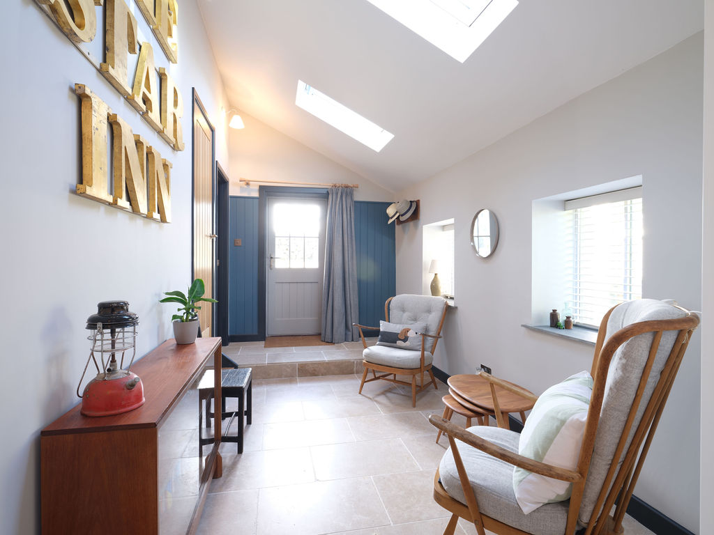 Beagle Cottage: Hallway Seating